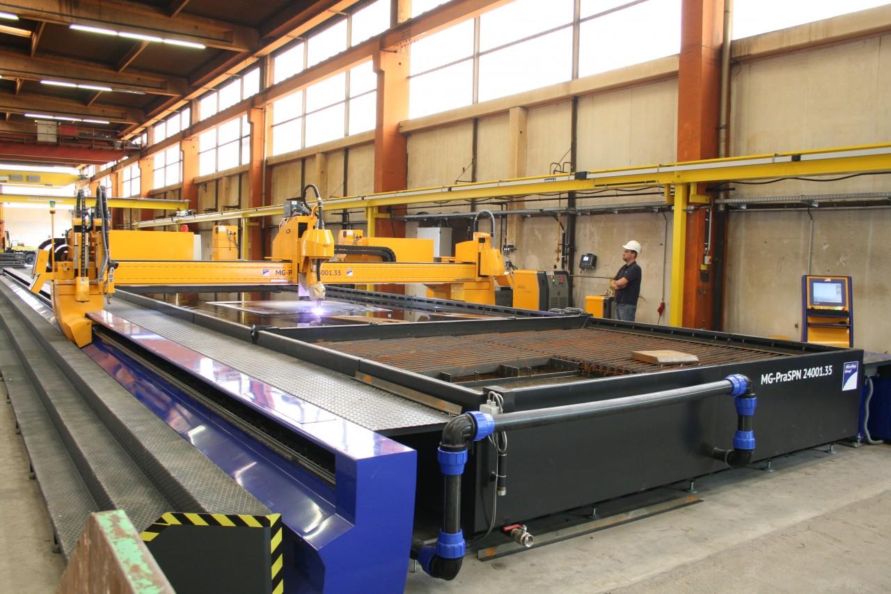 Veľkoformátový stroj s prac. plochou 24 x 3,5 m s plazmovým rotátorom, mikroúderovým popisovačom a ABP skenerom na dodatočné úkosovanie – špeciálne riešenie s vodným stolom.
