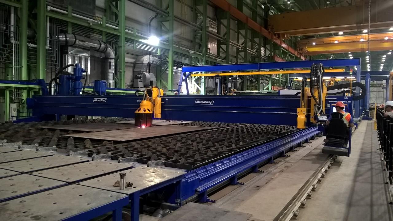 Rezací stroj typu DRM s prac. šírkou 13 m ako súčasť panelovej linky v kanadskej lodenici – špeciálne riešenie s pieskovacou hlavou.