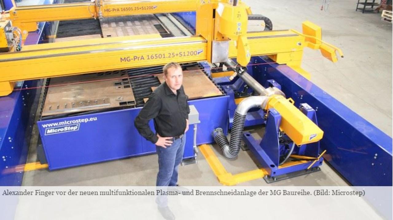 Alexander Finger vor der neuen multifunktionalen Plasma- und Brennschneidanlage der MG Baureihe. (Bild: Microstep)