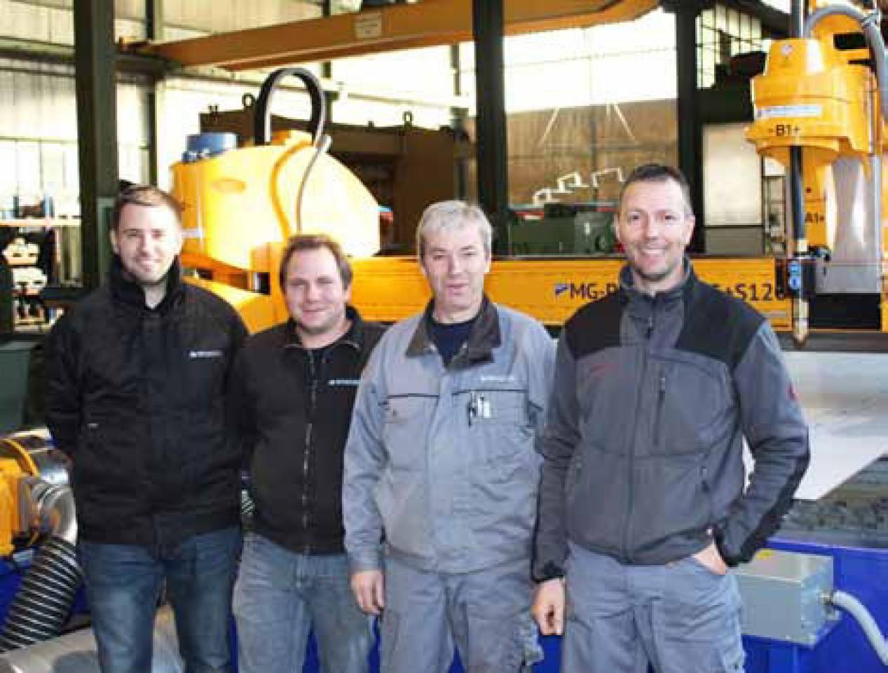Das Team der Metallbau Steg AG mit dem neuen Schneidsystem.