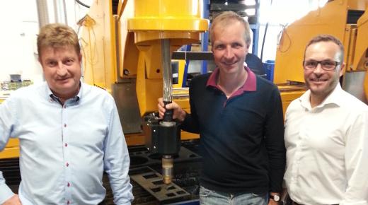 Gert Thomsen, produktchef hos KN Machines (tv) og Karsten Møller Nielsen, CEO hos KN Machines (th), sammen med sales director Alex Makuch fra Microstep. Foto/KN Machines.