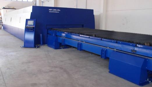 Obr. 1 Laserový rezací stroj MSF s pracovnou plochou 12x2,5 m