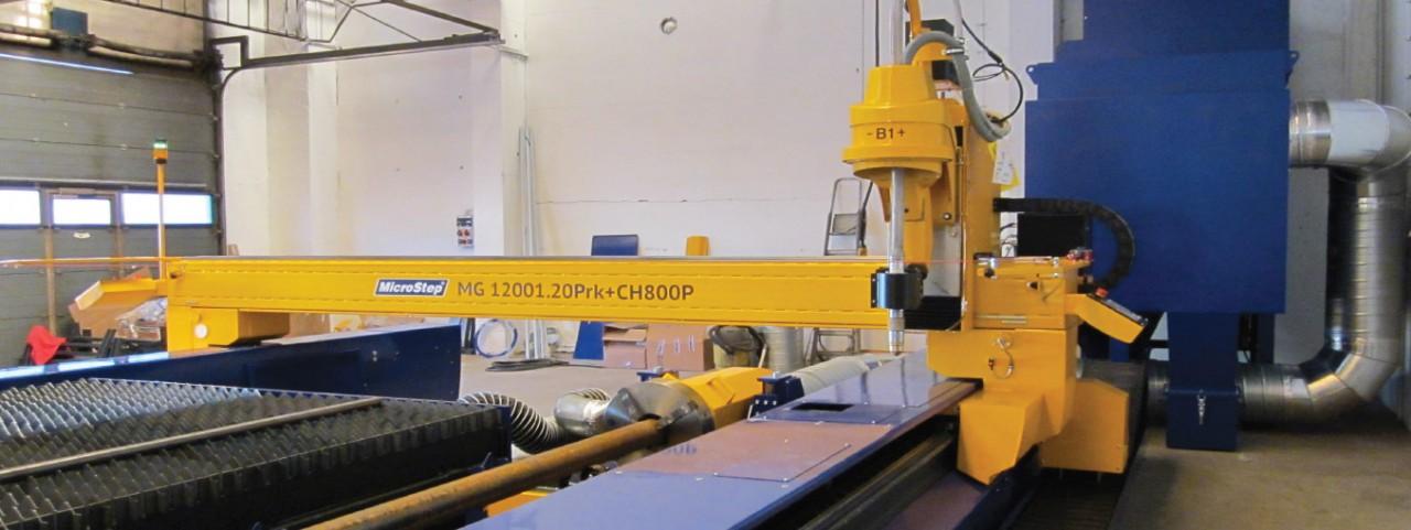 Plazmové rezacie stroje novej generácie Obr. 6 Portál stroja MG novej generácie s plazmovým rotátorom. Vedľa rezacieho stola je polohovadlo na rezanie rúr a štvorhranných profilov do Ø 500 mm. Zákazník: Ingsteel, spol. s r. o.