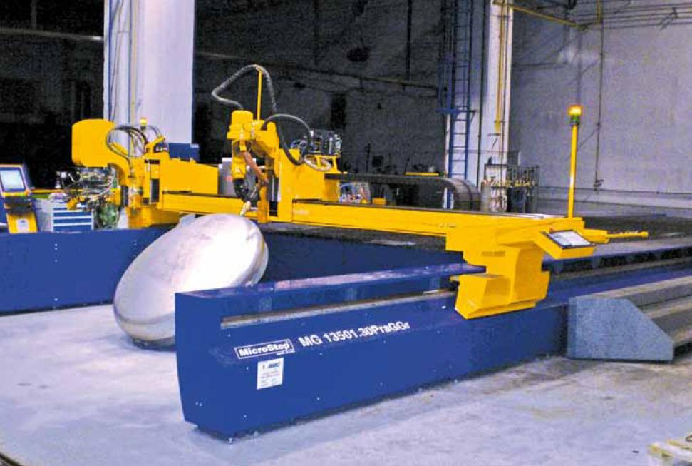 Kombinierte Plasmaschneidanlage der MG Baureihe mit einer Fläche von 12 x 3 m für den Flachbett-Zuschnitt und einem Bereich für die automatische Bearbeitung von Behälterböden (Lebensmittelindustrie) im vorderen Teil der Anlage.